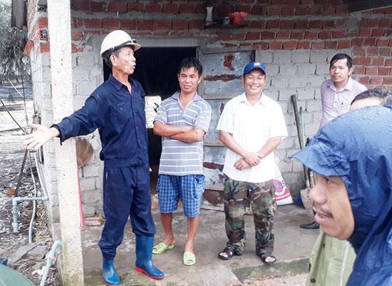 Các thành viên Hợp tác xã chăn nuôi gà Mười Tín đang khẩn trương tái đàn và chăm sóc gà còn sống để bán trong dịp tết. Ảnh: X.T