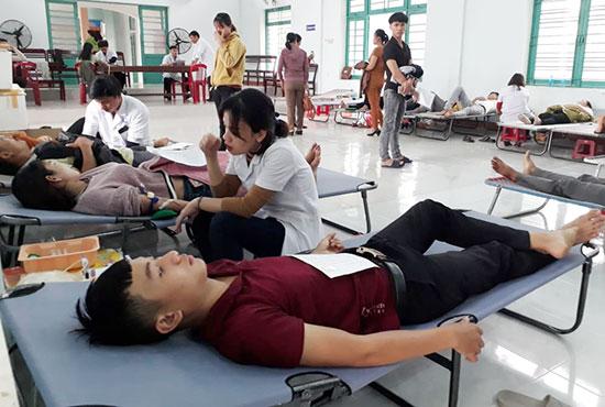 Câu lạc bộ Ngân hàng máu sống xã Quế Xuân 2 tổ chức ngày hội hiến máu tình nguyện. Ảnh: D.T