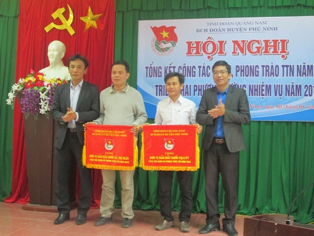 Đại diện Tỉnh đoàn và huyện Phú Ninh trao cờ dẫn đầu cho các cơ sở đoàn xuất sắc năm 2018.