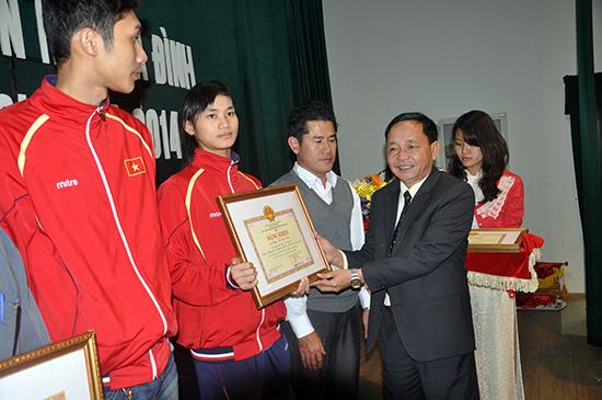 VĐV Phạm Thị Thu Hiền (người nhận bằng khen) là sự kỳ vọng của thể thao Việt Nam tại SEA Games 2019. Ảnh: T.V