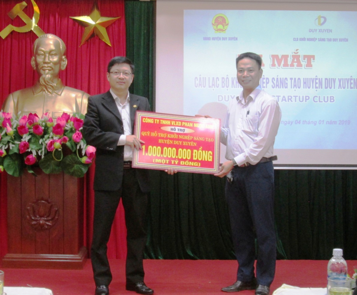 Đại diện Công ty TNHH Phan Ngọc Anh ủng hộ 1 tỷ đồng vào Quỹ khởi nghiệp sáng tạo.