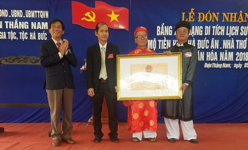 Đại diện hội đồng gia tộc Hà Đức đón nhận bằng Di tích lịch sử cấp tỉnh. Ảnh: Q.T