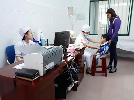 Khám chữa bệnh tại Bệnh viện Nhi Quảng Nam. Ảnh C.N