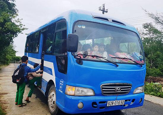 Xe buýt đón học sinh đến trường. Ảnh: THU SƠN