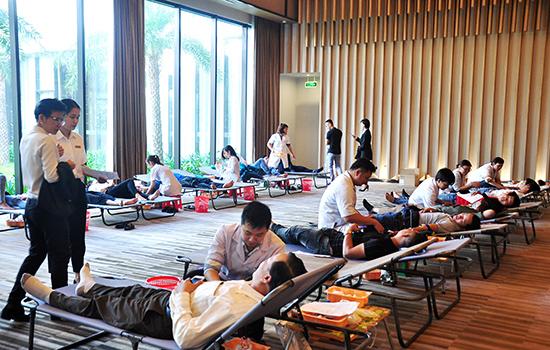 Đông đảo cán bộ, nhân viên Công ty CP Vinpearl Nam Hội An tham gia hiến máu.  Ảnh: VINH ANH