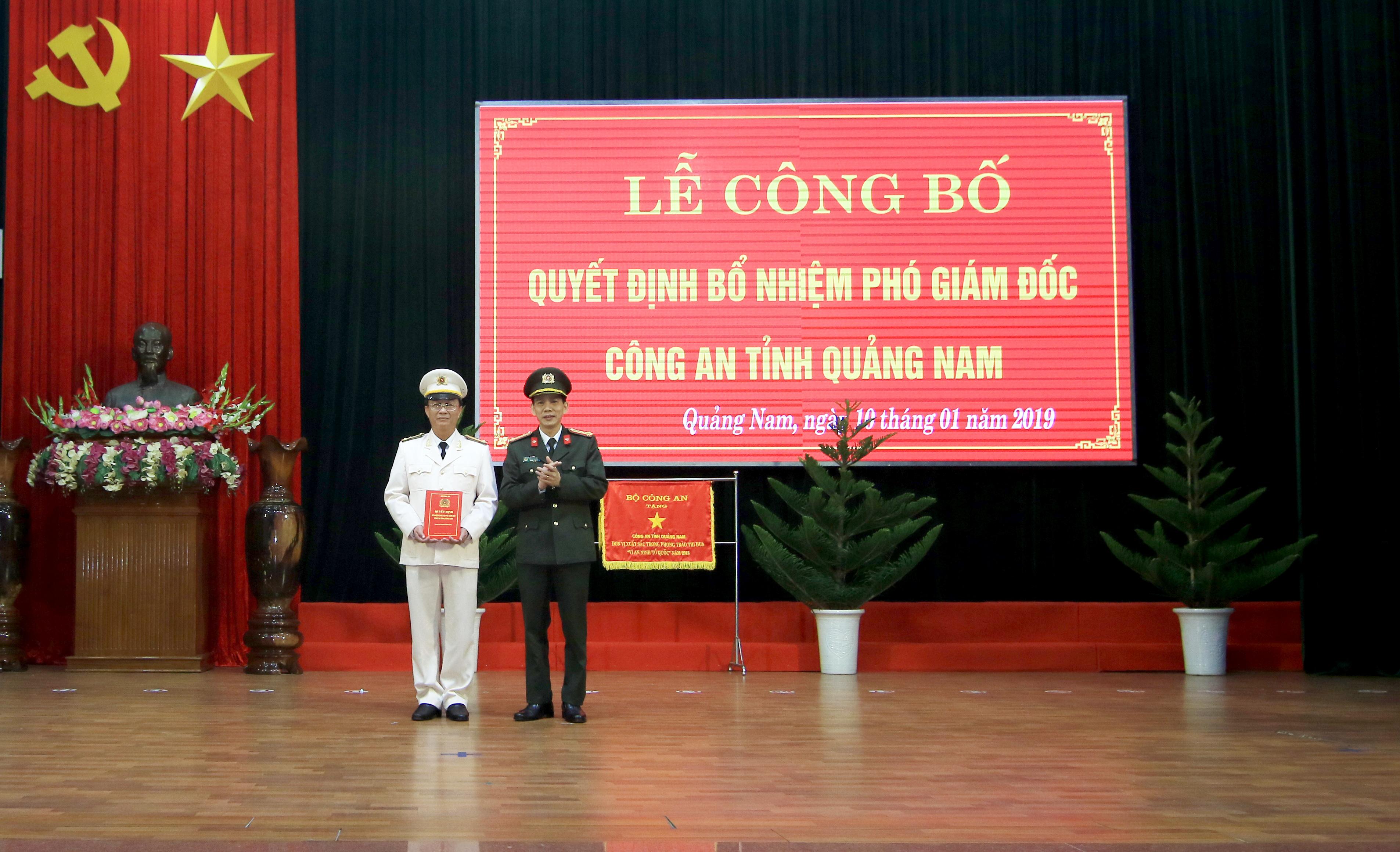 Thượng tá Nguyễn Thành Long nhận quyết định bổ nhiệm chức vụ Phó Giám đốc Công an tỉnh. Ảnh: T.C
