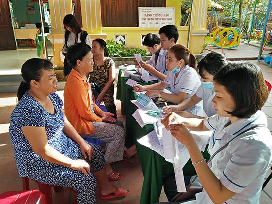 Hàng trăm người dân Cù Lao Chàm được tư vấn sức khỏe.