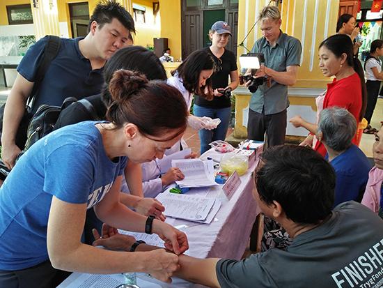 Tình nguyện viên SWEEP tham gia khám bệnh.