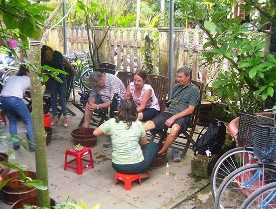 Chăm sóc spa cho du khách bằng thảo dược ở làng rau Trà Quế.