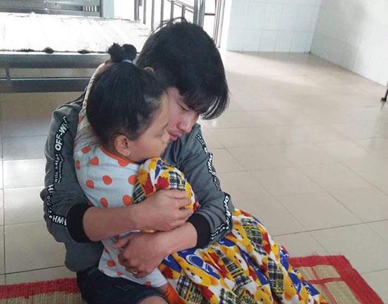 Anh Vương chăm sóc con gái tại Bệnh viện Tâm thần TP.Đà Nẵng. Ảnh: M.T