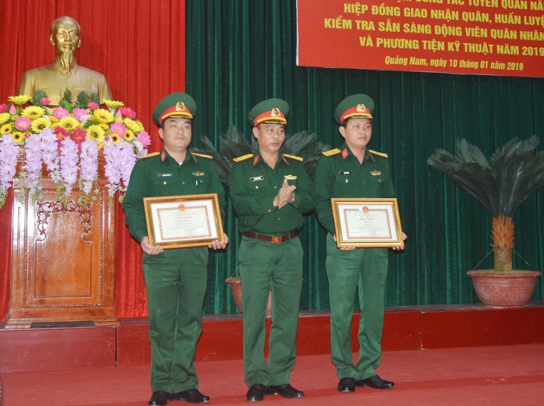 Trao bằng khen của UBND tỉnh cho 2 tập thể có thành tích xuất sắc trong công tác tuyển, nhận, huấn luyện chiến sĩ năm 2018.