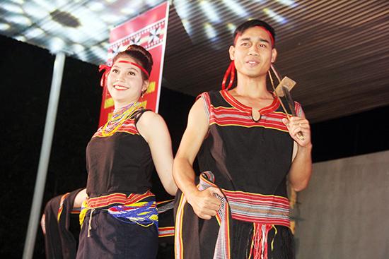 Các chàng trai, cô gái Bh'noong trình diễn trang phục truyền thống.  Ảnh: ALĂNG NGƯỚC
