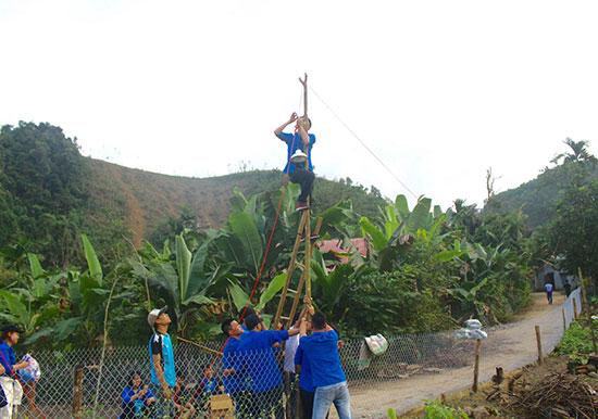 Các bạn tình nguyện viên Khoa Marketing làm đèn đường tại xã Jơ Ngây. Ảnh: T.T