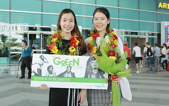 Đoàn Thị Thu Hà (bên trái) và Nguyễn Thị Thanh giành giải Phụ nữ trong kinh doanh toàn cầu tại Mỹ 2018.