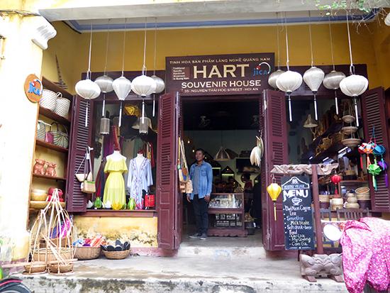 Cửa hàng trưng bày tinh hoa sản phẩm làng nghề - do JICA tài trợ và đang phát triển tốt tại Quảng Nam.  Ảnh: X.H
