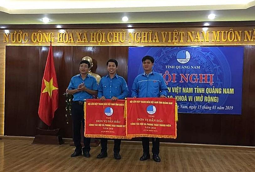 Trao cờ thi đua dẫn đầu cho Hội LHTN Việt Nam thị xã Điện Bàn và huyện Nam Giang. Ảnh: M.L
