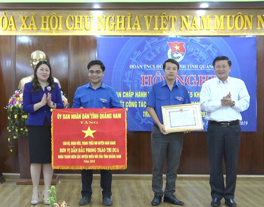 Trưởng Ban Dân vận Tỉnh ủy Nguyễn Thị Thu Lan trao cờ thi đua dẫn đầu của UBND tỉnh cho Huyện đoàn Nam Giang. Ảnh: L.Đ