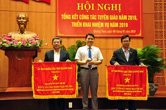 Phó Chủ tịch UBND tỉnh Trần Văn Tân tặng Cờ thi đua của UBND tỉnh cho các tập thể có thành tích xuất sắc trong công tác tuyên giáo, đóng góp vào sự phát triển của tỉnh. Ảnh: N.Đ