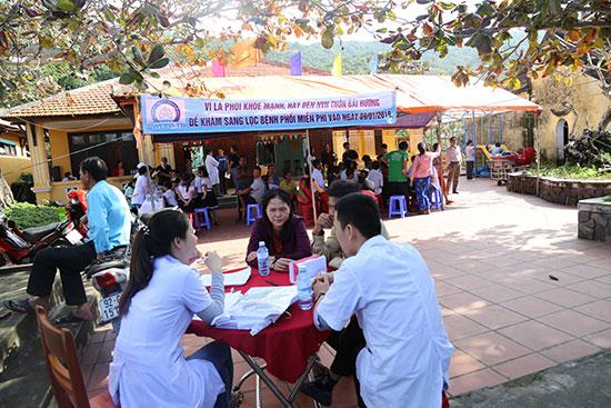 Tổ chức khám bệnh cho người dân xã đảo Tân Hiệp, TP.Hội An. Ảnh: TRANG NGUYÊN