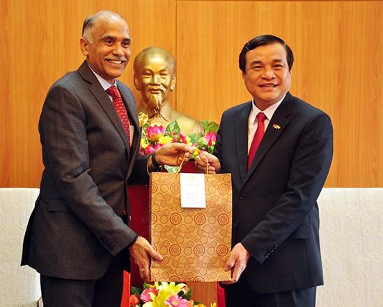 Indian Ambassador Parvathaneni Harish (L) and Secretary Phan Viet Cuong