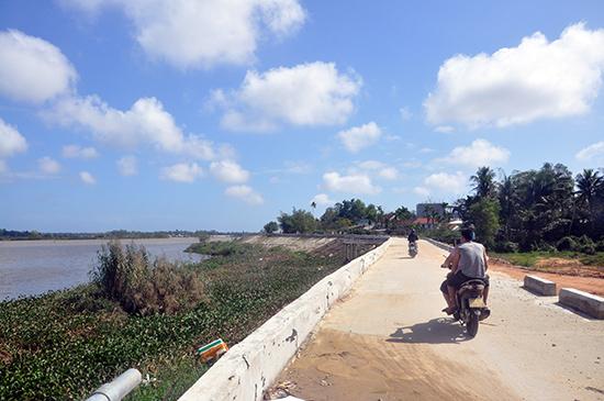 Sông Bàn Thạch không được nạo vét và dọn bèo, rác khiến cho độ thoát lũ hạn chế gây nên ngập lụt vừa qua. Ảnh: X.P
