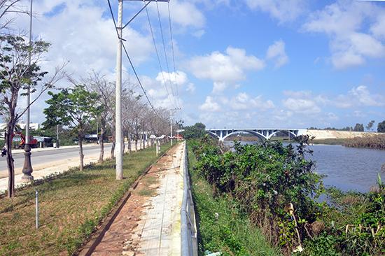 Ông Nguyễn Minh Nam - Phó Chủ tịch UBND TP. Tam Kỳ khẳng định, nói đê bao Bạch Đằng ngăn nước chảy ra sông Bàn Thạch là không đúng. Ảnh: X.P