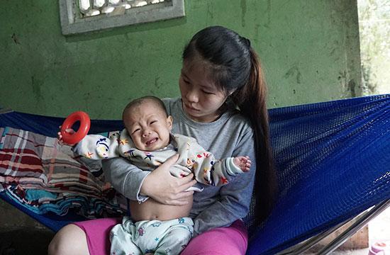 Cháu Hoàng Lê Bảo Long (8 tháng tuổi) mắc bệnh gan lách lớn, mô bào ác tính. Ảnh: NHƯ TRANG
