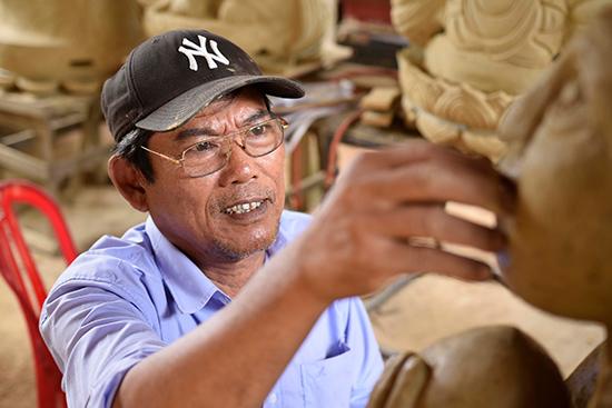 Thời gian đầu làm gốm mỹ nghệ thủ công, ông Chín xem như mình đang tự học nghề.