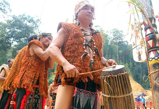 Các già làng vùng cao đeo crôl bằng nanh thú xuất hiện tại dịp hội làng truyền thống. Ảnh: ALĂNG NGƯỚC