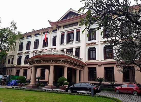 Một trong 2 tòa nhà kiến trúc Pháp ngót 100 năm tuổi được điểm xuyết thêm một số chi tiết kiến trúc đình làng Việt, hiện là khu trưng bày cố định của Bảo tàng Mỹ thuật Việt Nam. Ảnh: B.A