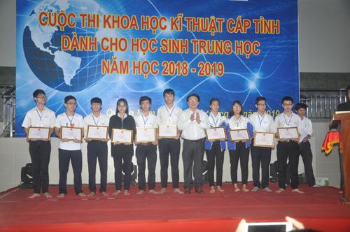Giám đốc Sở GD-ĐT Hà Thanh Quốc tặng thưởng cho các em đoạt giải nhất. Ảnh: X.Phú