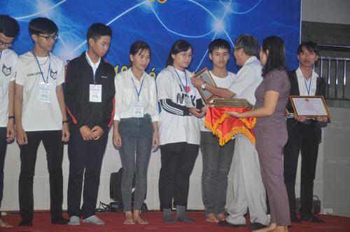 Phó hiệu trưởng Trường Đại học Duy Tân Nguyễn Tấn Thắng tặng thưởng cho các em đoạt giải nhì. Ảnh: X.P