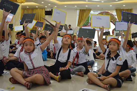 Cuộc thi đã giúp các em học sinh tự tin hơn với môn tiếng Anh. Ảnh: V.LỘC