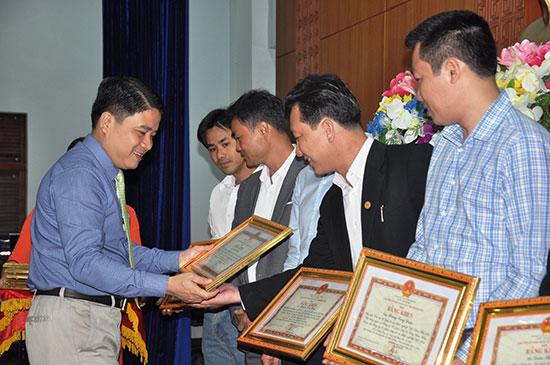 Phó Chủ tịch UBND tỉnh Trần Văn Tân trao bằng khen của Chủ tịch UBND tỉnh cho các cá nhân có đóng góp trong xây dựng hệ sinh thái KN tỉnh giai đoạn 2017 - 2018. Ảnh: VINH ANH