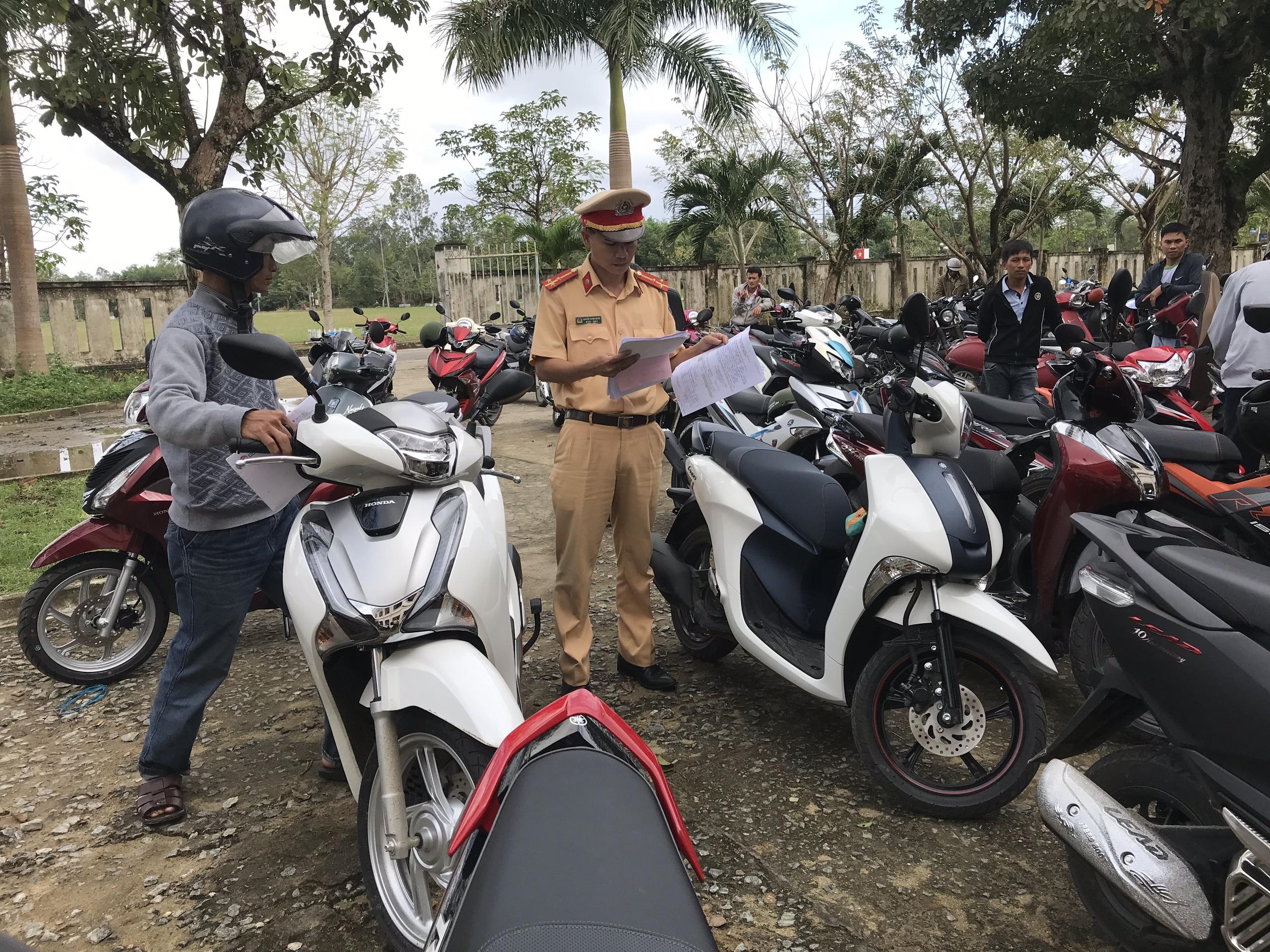 Rất đông người dân đến làm thủ tục đăng ký xe mô tô dịp cận Tết. Ảnh: L.T