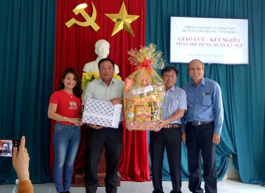 Đại diện Phòng GD-ĐT Tam Kỳ tặng quà Phòng GD-ĐT huyện Nam Trà My. Ảnh: C.N