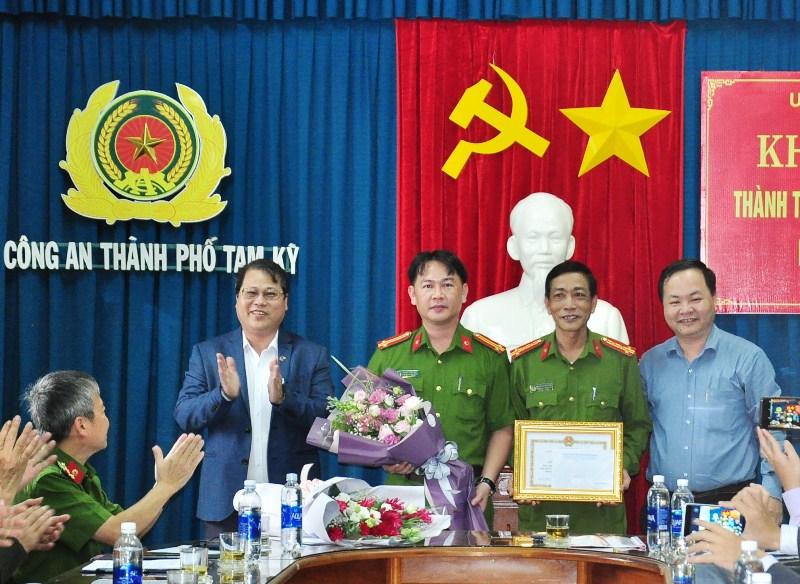 Chủ tịch UBND tỉnh Đinh Văn Thu trao quyết định thưởng đột xuất 20 triệu đồng cho Công an thành phố. Ảnh: VINH ANH