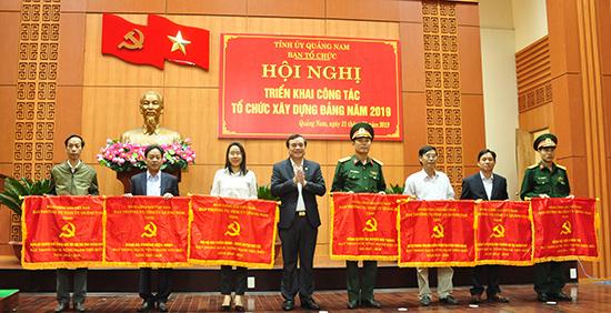 Bí thư Tỉnh ủy Phan Việt Cường trao Cờ của Ban Thường vụ Tỉnh ủy tặng 7 tổ chức đảng đạt trong sạch vững mạnh 5 năm liền (2014 - 2018). Ảnh: N.Đ