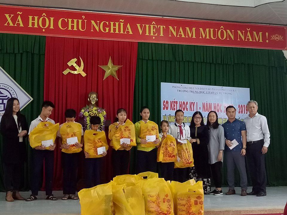 Các mạnh thường quân hỗ trợ quà tết cho học sinh Trường THCS Lý Tự Trọng (Tam Kỳ).