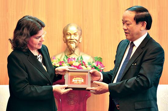 Phó Bí thư Tỉnh ủy, Chủ tịch UBND tỉnh Đinh Văn Thu tặng quà lưu niệm cho bà Lyanis Torres Rivera - Đại sứ Cộng hòa Cu Ba tại Việt Nam. Ảnh: N.Đ