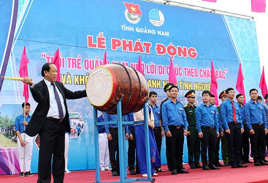 """Chủ tịch UBND tỉnh Đinh Văn Thu đánh trống lệnh xuất quân """"Năm thanh niên tình nguyện"""". Ảnh: V.A"""