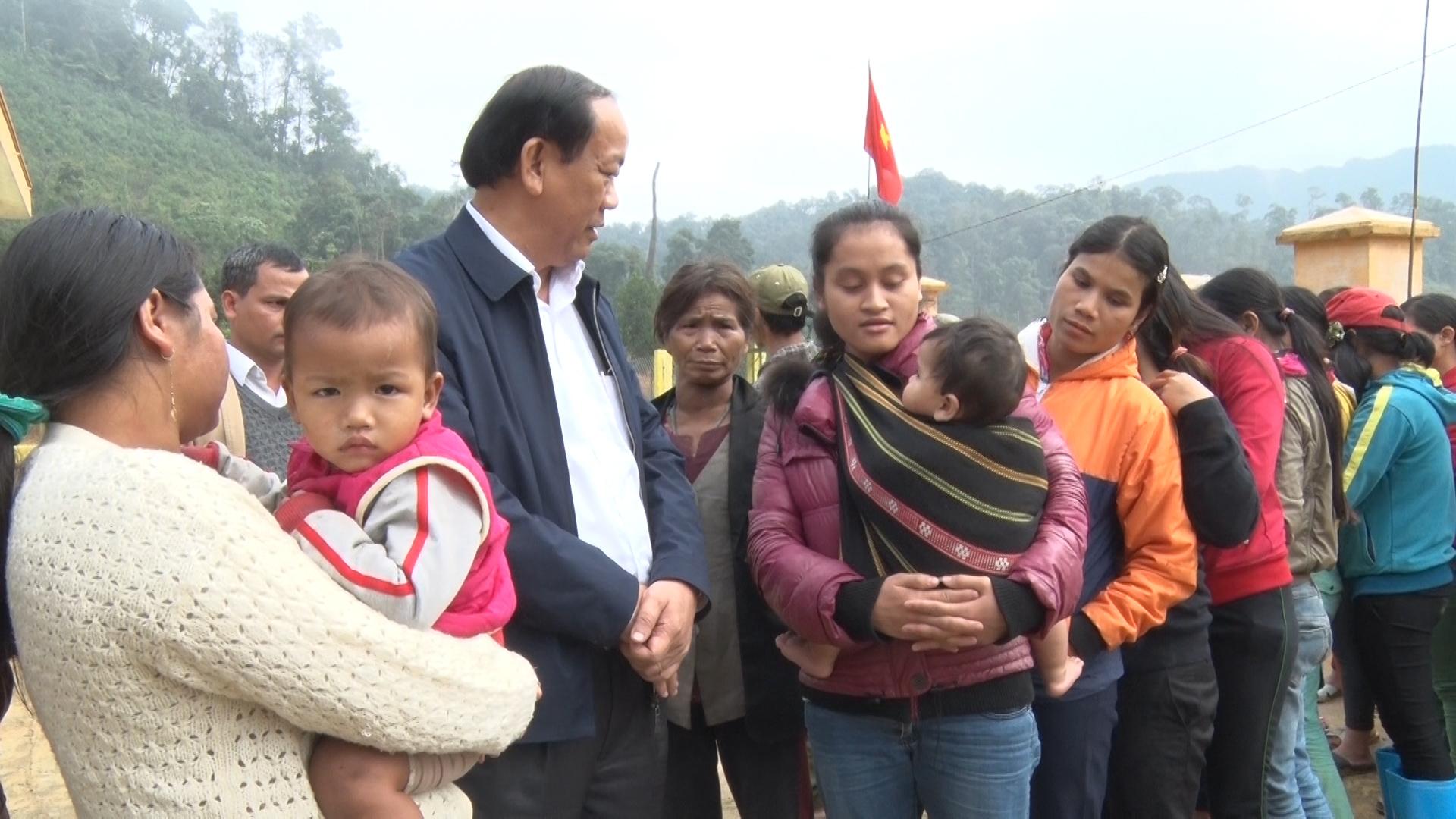 Chủ tịch UBND tỉnh Đinh Văn Thu thăm hỏi đời sống nhân dân làng Khe Chữ. Ảnh: ĐẠO NGƯỚC