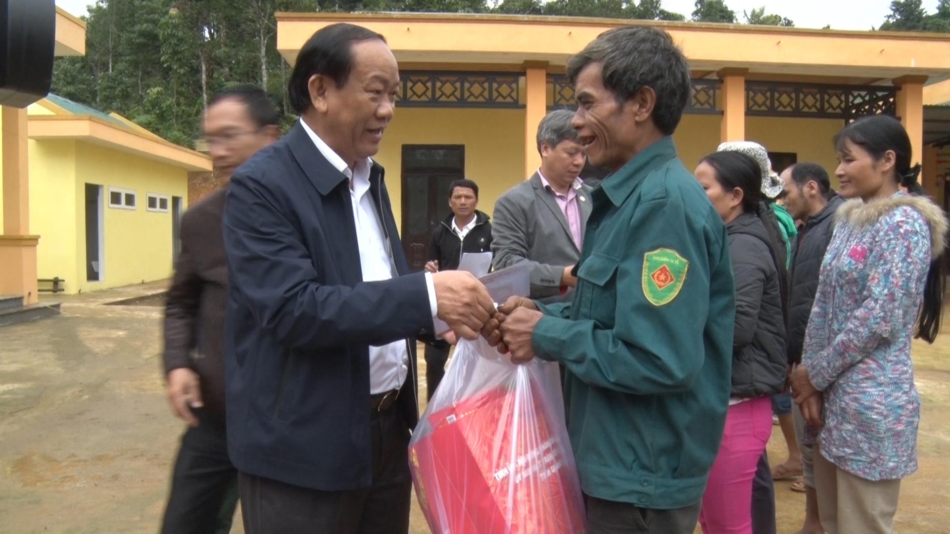 Đồng chí Đinh Văn Thu tặng 150 suất quà Tết cho bà con Khe Chữ. Ảnh: ĐẠO NGƯỚC