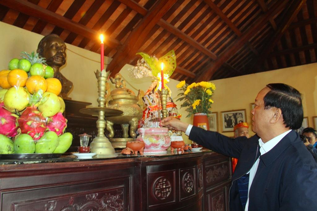 Chủ tịch UBND tỉnh Đinh Văn Thu thành kính viếng hương cụ Phan Châu Trinh tại Nhà lưu niệm. Ảnh: A.N