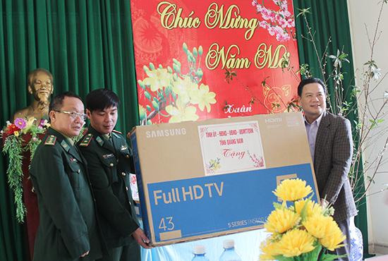 PCT UBND tỉnh Lê Văn Thanh tặng quà các chiến sĩ Đồn Biên phòng Ga Ry (Tây Giang)