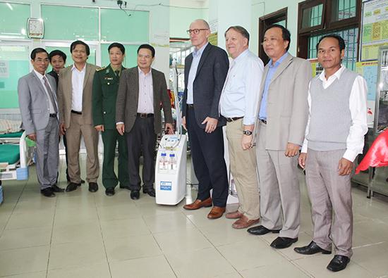 Dự lễ trao thiết bị y tế cho bệnh viên và trung tâm y tế các huyện miền núi.