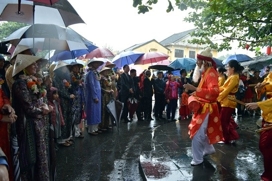"""""""Sac bua"""" parade, a kind of folk performances to pray for luck on the occasion of New Year."""