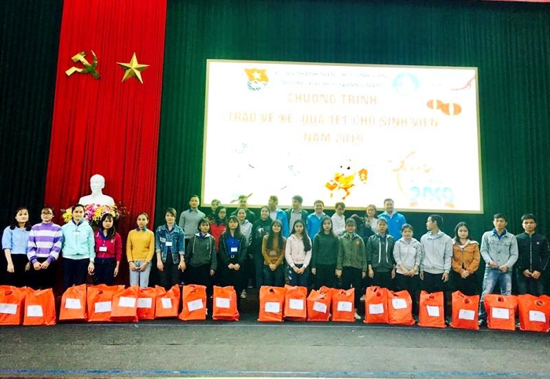 Sinh viên Trường Đại học Quảng Nam nhận quà tết. Ảnh: A.Đ