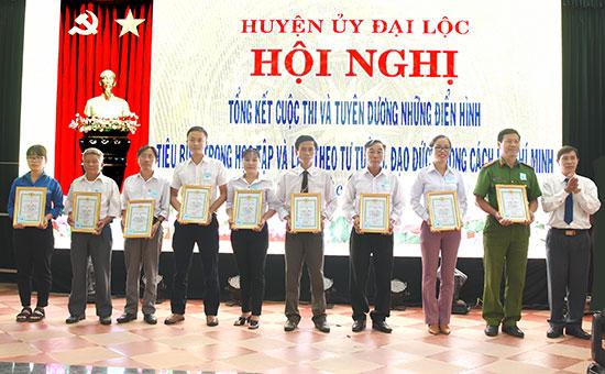 Huyện ủy Đại Lộc khen thưởng tập thể, cá nhân điển hình trong học tập và làm theo gương Bác Hồ. Ảnh: Đ.L