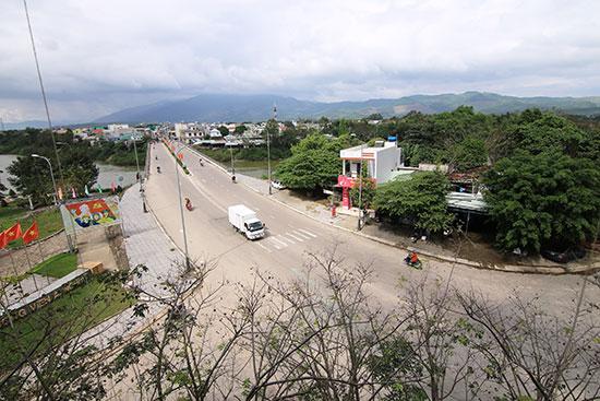 Cầu Ái Nghĩa bắc qua sông Vu Gia tạo động lực mới phát triển thương mại dịch vụ. Ảnh: T.C
